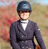 Monitrice diplomé d'équitation Deborah centre équestre La Ferme de La Dame Blanche à Chaponost
