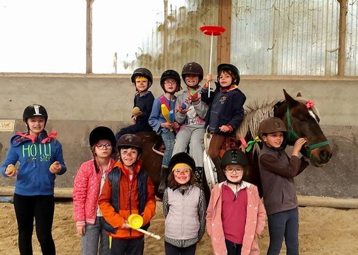 Stage cours animation cirque equitation Poney enfants vacances centre equestre de la dame blanche chaponost lyon rhone