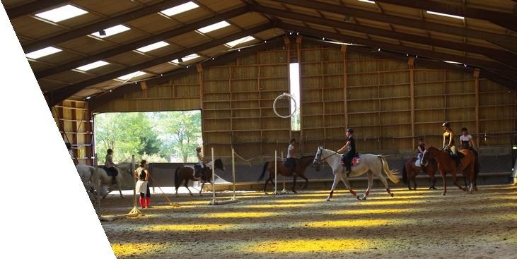 Cours collectif d'équitation cheval en manege couvert pour les enfants, les adolescents et les adultes au centre equestre de la dame blanche chaponost lyon rhone